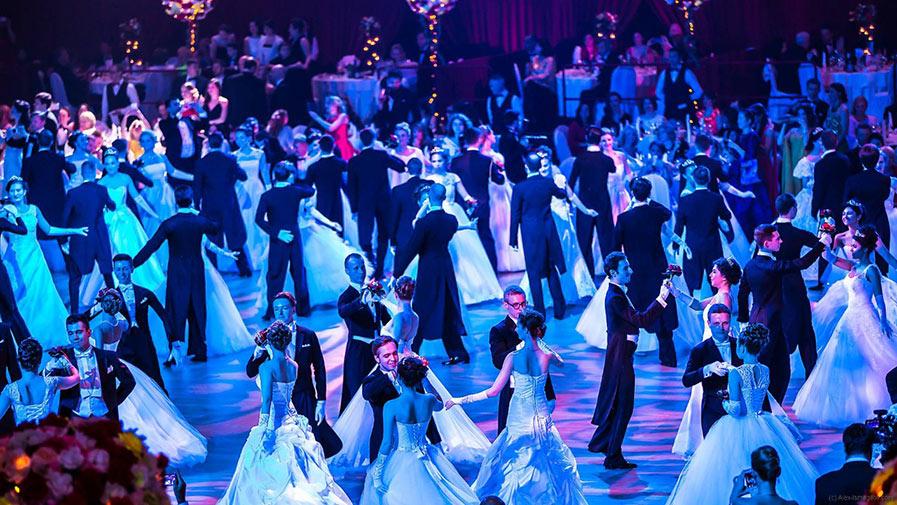 Танцующие пары на балу фото