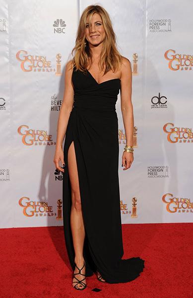 Дженнифер Энистон в шикарном черном платье Faviana