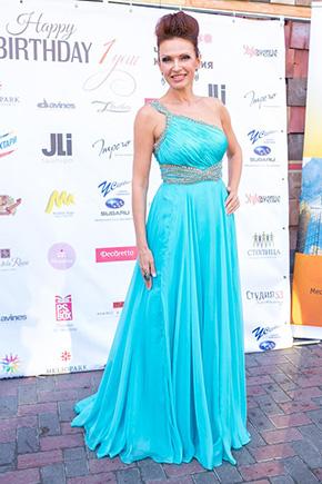 Эвелина Блёданс в роскошном платье на одно плечо фото
