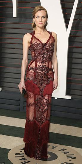 Диана Крюгер в бордовом облегающем платье