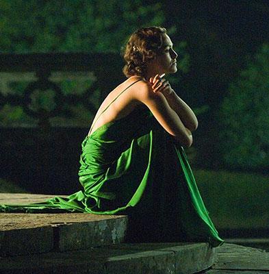 Кира Найтли в зеленом прилегающем платье