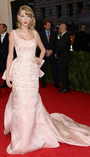 Тейлор Свифт в длинном платье со шлейфом