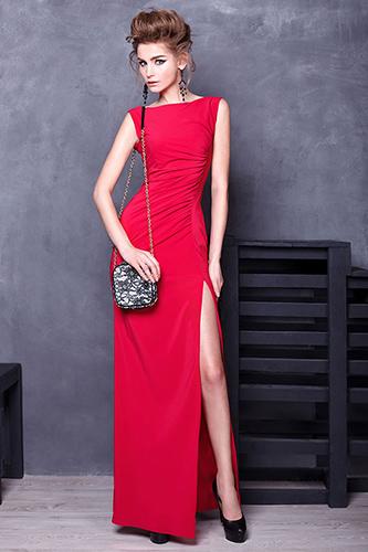 Прилегающее красное платье с высоким разрезом