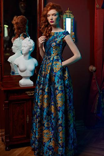 Синее платье с золотыми цветами