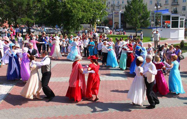 Бал в сквере Ивана Любимова. Праздничные вечерние платья в Березниках фото