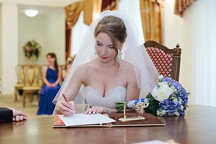 Роспись невесты в брачной книге фото