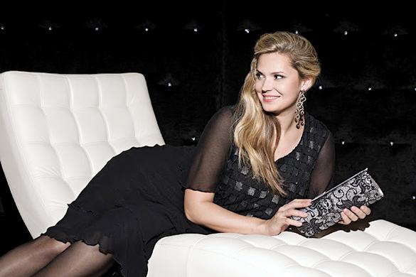Модель Екатерина Жаркова в вечернем платье для полных