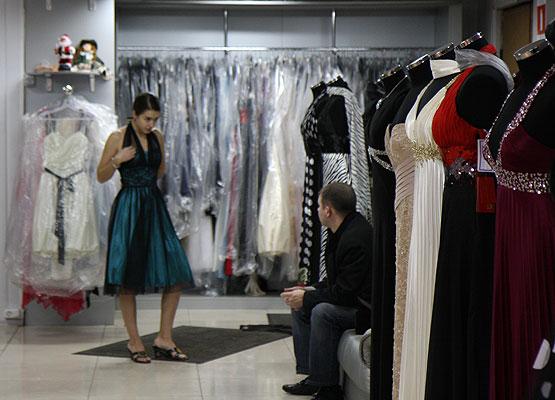 Отличительной чертой коллекции свадебные платья 2014 года можно отметить прямые силуэты платьев без пышных юбок, с великолепной гаммой белых