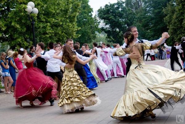 Парк Победы. Вечерние платья в Белгороде фото