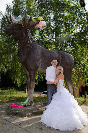 Свадебные вечерние платья в Ижевске. Фото на фоне скульптуры Лося