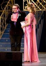 Наталья в платье из нашего салона. Александр Васильев вручает приз за элегантность Наталье Рытовой